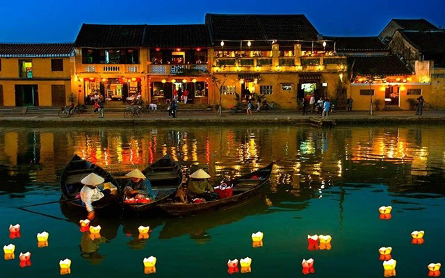 Trải nghiệm thả đèn hoa đăng bên bờ sông Hoài thơ mộng